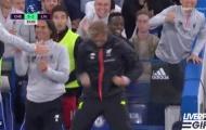 Tân binh của Liverpool phản ứng 'khó đỡ' khi Henderson ghi bàn