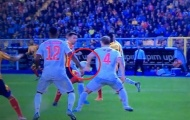 CĐV Man Utd hả hê nhìn De Ligt mắc sai lầm
