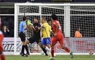 Tuyển Brazil bao vây trọng tài khi công nhận 'bàn tay của Chúa'