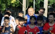 HLV Park Hang-seo 'bắn tim' với trẻ em làng SOS