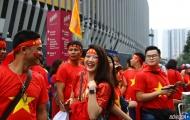 Fan nữ Việt tỏa sắc bên ngoài 'chảo lửa' Bukit Jalil
