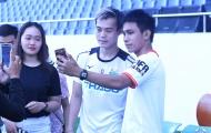 Dàn sao HAGL bị fans vây kín sau buổi tập ở Hòa Xuân