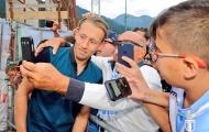 CĐV Lazio đon đả chào đón màn ra mắt của Lucas Leiva