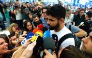 Diego Costa bị phóng viên bủa vây ở Madrid