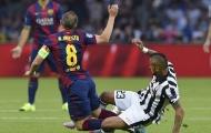 May mắn, Vidal thoát thẻ đỏ; Barcelona đòi penalty