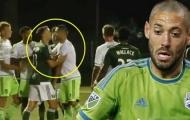 Tình huống Clint Dempsey xé sổ ghi chép của trọng tài