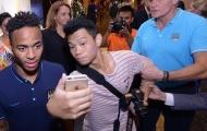Fan Việt Nam bị an ninh Man City kéo ra khi chụp ảnh với Sterling
