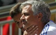 Mourinho vứt huy chương, tố Arsenal dựng xe bus