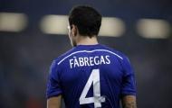 Fabregas không thèm nhìn mặt, bắt tay De Gea