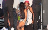 Ronaldinho mải vui bên gái lạ