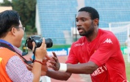 Tiền đạo Nsi cướp 'súng' của phóng viên 'tự sướng'
