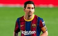 Lionel Messi ngồi ngoài trong buổi tập của Barcelona