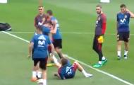 SỐC! Ramos chế nhạo Ronaldo trong buổi tập của Tây Ban Nha