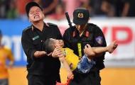 Cảnh sát Nam Định nén đau cứu CĐV nhí tại chảo lửa Thiên Trường
