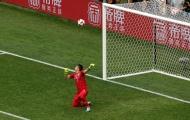 CĐV nhí Uruguay khóc sau sai lầm của thủ môn Muslera