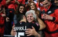Cầu thủ Albania ôm mẹ mừng chiến thắng lịch sử, hy vọng điều thần kỳ