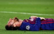 Tuyệt vọng! Messi gục xuống sân ôm mặt chán nản vì 1 đồng đội