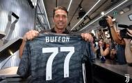 Vừa trở lại, Buffon đã khước từ đề nghị của cả Szczesny lẫn Chiellini