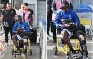 SỐC! Sao Man Utd phải ngồi xe lăn khi về Manchester