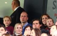 Bỏ qua Liverpool, Hoàng tử Anh dẫn vợ con đi xem trận đấu cùng giờ