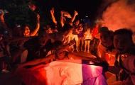 Pháo sáng rực đỏ Paris mừng Pháp vào chung kết EURO