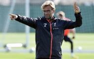 Klopp tạo dáng 'đáng yêu' trên sân tập cùng Liverpool