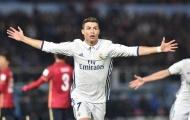 Vừa nhận bóng vàng, Ronaldo làm luôn cú hatrrick đưa Kền kền lên ngôi vô địch