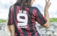 Nữ trọng tài fan Milan khoe vòng 3 đầy khiêu khích