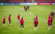 Diego Simeone xỏ giày ra sân tập cùng các học trò