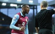 Cầu thủ Villa trả giá vì va chạm với trọng tài