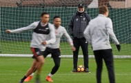 Chùm ảnh: Đối thủ gặp chuyện, Klopp tươi rói quan sát Liverpool tập luyện