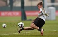 Đàn anh chưa về, sao trẻ Liverpool tranh thủ 'tắm bùn' ghi điểm