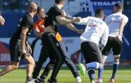 Chùm ảnh: Cầu thủ Lyon quá sốc khi bị CĐV Bastia tấn công