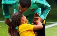 Chùm ảnh: Ronaldo và nụ hôn nhân hậu sưởi ấm trái tim cô bé khuyết tật