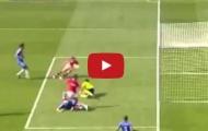 Bàn thắng siêu may mắn của Chicharito vào lưới Chelsea