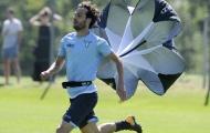Dàn sao của Lazio mang cả... dù ra để tập chạy