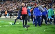 """Ăn thẻ đỏ, Neymar còn dính cả """"vật thể lạ"""" từ CĐV Marseille"""