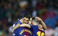 Messi và Suarez thi nhau ôm lấy người hùng Alcacer
