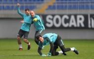 Ngã lăn quay trên sân tập, sao Chelsea làm trò hề cho toàn đội
