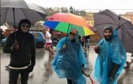 Icardi được fan cuồng hôn thắm thiết dưới mưa