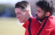Diego Costa 'tình tứ' với Fernando Torres trên sân tập
