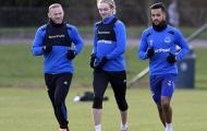 Rooney tươi cười chào đón Walcott trong buổi tập đầu tiên