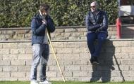 Totti tán dóc cùng 'bố già', mặc đàn em mệt nhoài dưới nắng