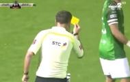 Trọng tài tốt nhất thế giới rút thẻ dọa cầu thủ vì bị ném chai
