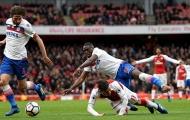 Mesut Ozil gây tranh cãi với pha ngã tuyệt đẹp trong vòng cấm Stoke