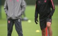 Wenger và Pires đội mưa, động viên học trò vượt khó trước Atletico