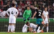 Cầu thủ Swansea đổ gục xuống sân khi biết Championship đang cận kề