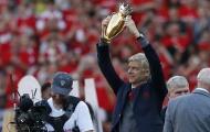 Wenger giương cao cúp Premier League ở trận cuối dẫn dắt Arsenal