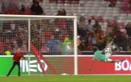 Con trai Ronaldo tái hiện cú volley thần sầu trên sân Da Luz