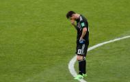 Đồng đội, đối thủ vây quanh, ngăn Messi rơi lệ
